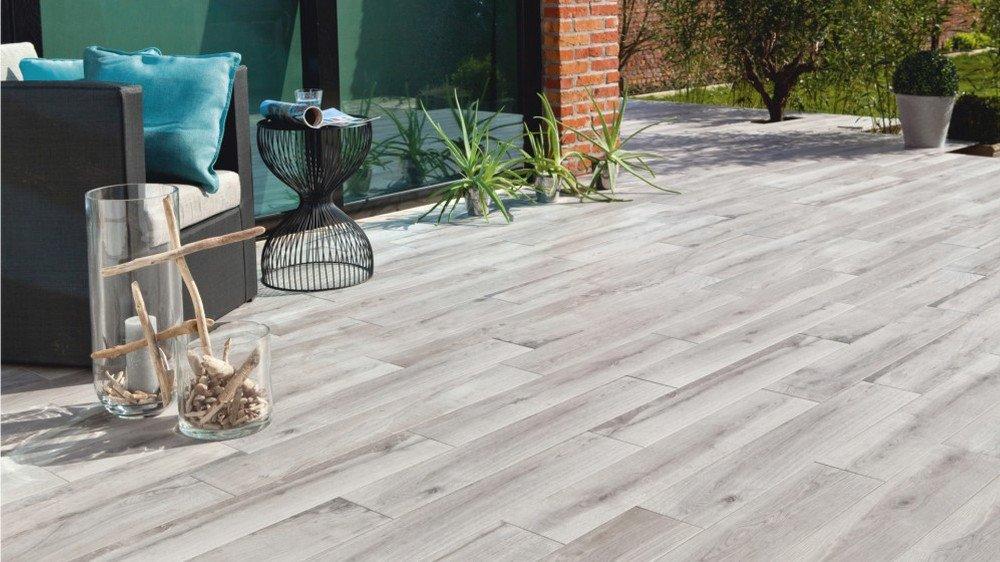 Terrasse avec carrelage imitation bois