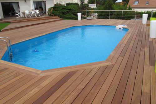 Terrasse en bois avec piscine