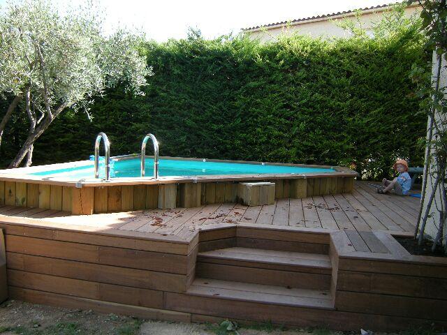 terrasse en bois et piscine hors sol