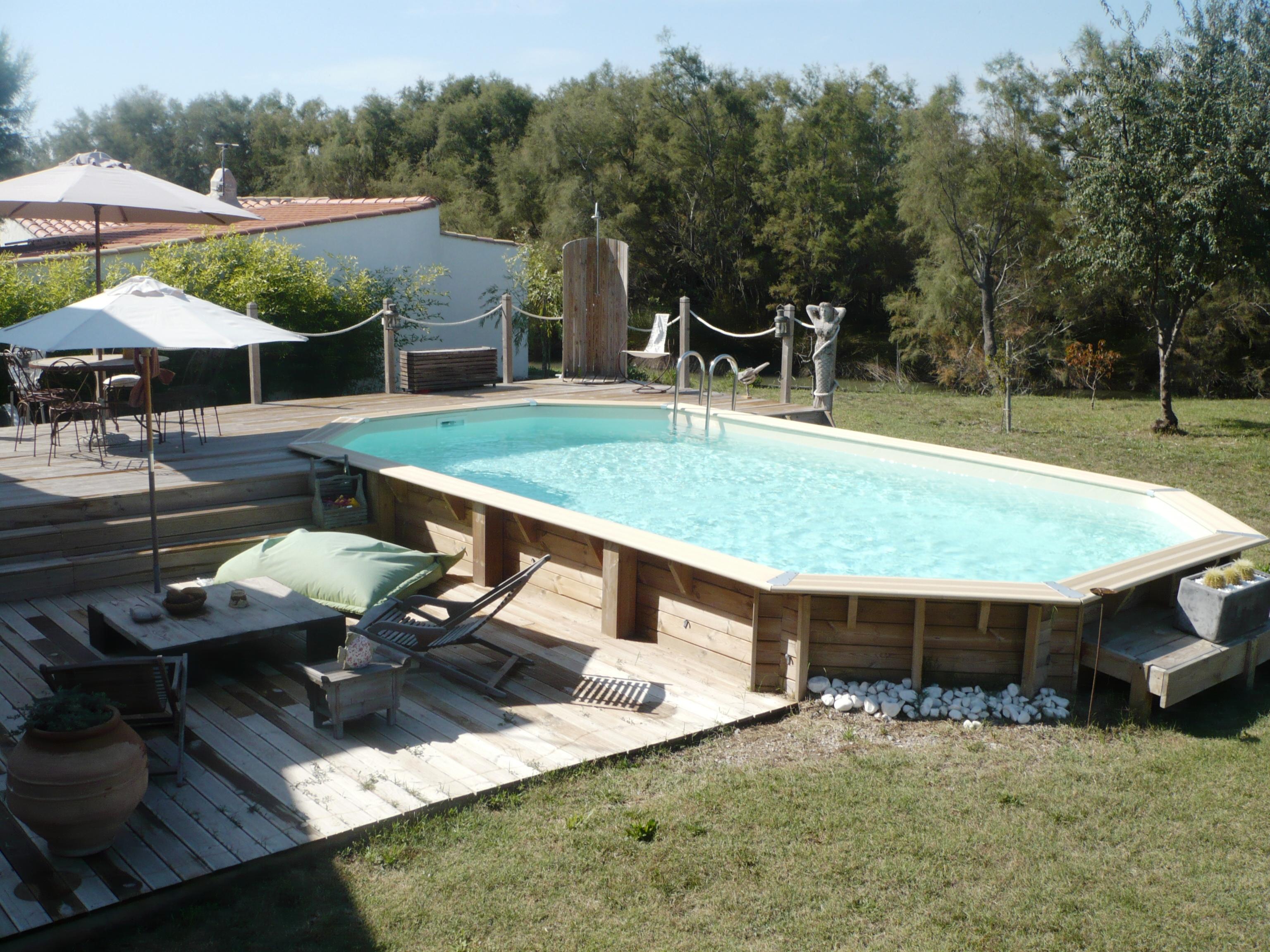 Terrasse pour piscine semi-enterree
