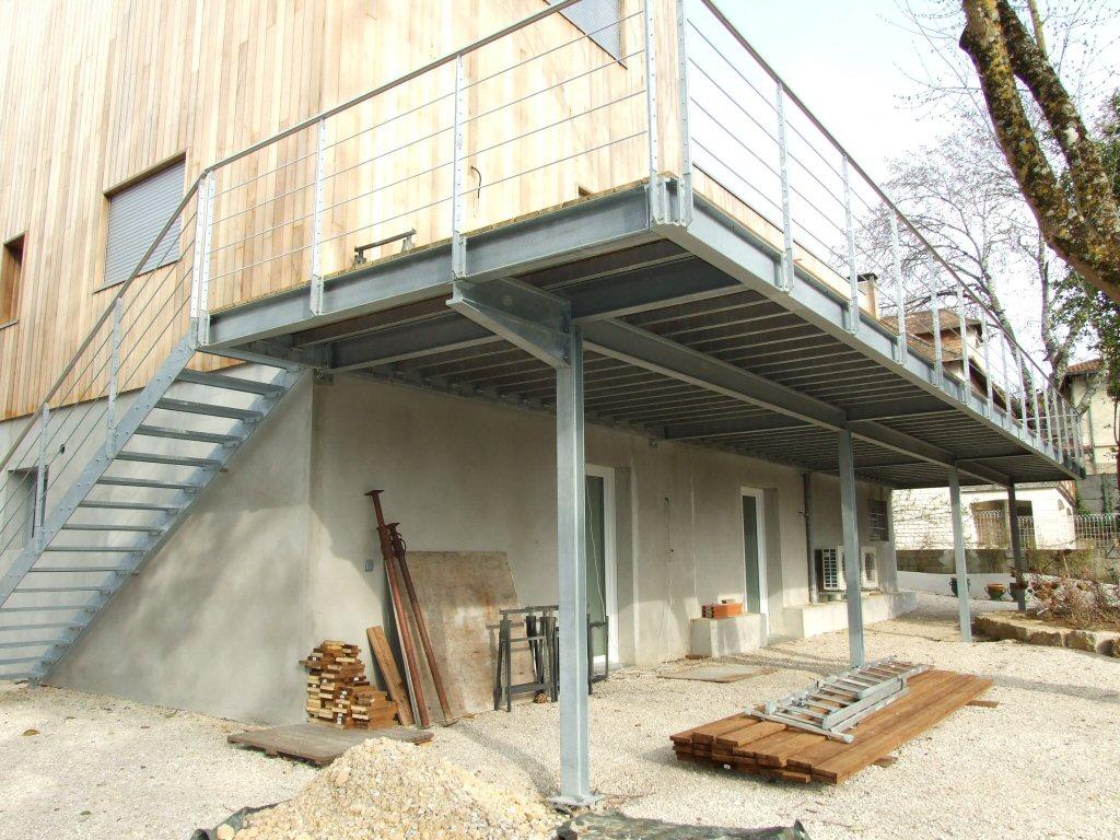 Terrasse sur pilotis en acier galvanise